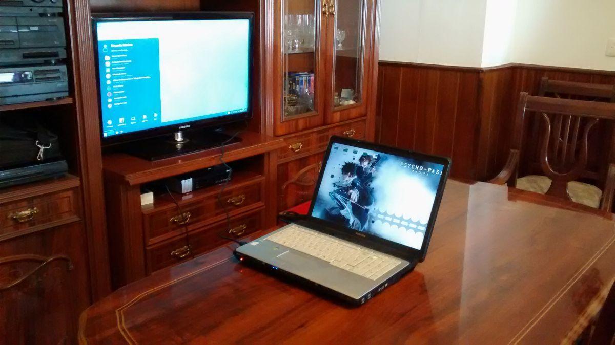 Un viejo portátil con una gráfica ATI-AMD antigua ejecutando KDE Plasma 5 a través de HDMI